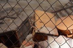 Παλαιά κιβώτια και περιπτώσεις πίσω από έναν φράκτη Στοκ εικόνες με δικαίωμα ελεύθερης χρήσης