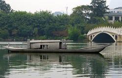 Παλαιά κινεζική βάρκα στη λίμνη Guilin στοκ εικόνες
