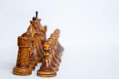 Παλαιά κομμάτια σκακιού σε ένα άσπρο υπόβαθρο στοκ φωτογραφία με δικαίωμα ελεύθερης χρήσης