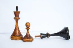 Παλαιά κομμάτια σκακιού σε ένα άσπρο υπόβαθρο στοκ εικόνες