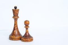 Παλαιά κομμάτια σκακιού σε ένα άσπρο υπόβαθρο στοκ εικόνα