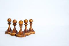 Παλαιά κομμάτια σκακιού σε ένα άσπρο υπόβαθρο στοκ φωτογραφίες