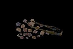 Παλαιά κουτάλια και καφετί διάστημα κύβων ζάχαρης για το κείμενο που απομονώνονται Στοκ φωτογραφία με δικαίωμα ελεύθερης χρήσης
