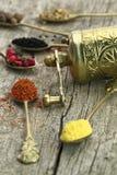 Παλαιά κουτάλια με τα καρυκεύματα και το μύλο πιπεριών Στοκ φωτογραφία με δικαίωμα ελεύθερης χρήσης