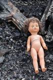 Παλαιά κούκλα παιχνιδιών στη μέση των καταστροφών και της ερήμωσης στοκ εικόνες