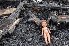 Παλαιά κούκλα παιχνιδιών στη μέση των καταστροφών και της ερήμωσης στοκ φωτογραφία με δικαίωμα ελεύθερης χρήσης