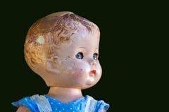 Παλαιά κούκλα σε πράσινο Στοκ εικόνες με δικαίωμα ελεύθερης χρήσης