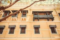 Παλαιά κτήρια της Ινδικής πόλης Mysore Παραδοσιακό ύφος του σχεδίου με τα ξύλινα μπαλκόνια, Ινδία Στοκ φωτογραφίες με δικαίωμα ελεύθερης χρήσης