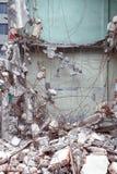 Παλαιά κτήριο κατεδάφισης απορρίματα αρχιτεκτονικής οικοδόμησης συγκεκριμένα που εγκαταλείπονται Στοκ εικόνα με δικαίωμα ελεύθερης χρήσης