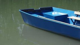 Παλαιά κωπηλατώ-βάρκα αλιείας στην αποβάθρα στο νερό απόθεμα βίντεο