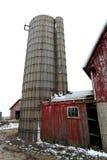 Παλαιά κόκκινα σιταποθήκη και σιλό στο Ιλλινόις Στοκ φωτογραφία με δικαίωμα ελεύθερης χρήσης