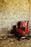 Παλαιά κόκκινη καρέκλα στοκ εικόνα με δικαίωμα ελεύθερης χρήσης