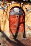 Παλαιά κόκκινη πόρτα εκκλησιών Στοκ εικόνα με δικαίωμα ελεύθερης χρήσης