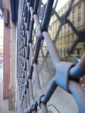 Παλαιά κλειστή κουρτίνα μετάλλων ενός καταστήματος Στοκ φωτογραφία με δικαίωμα ελεύθερης χρήσης