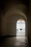 Παλαιά κλειστή πύλη στο παλαιό κατοικημένο κτήριο στη Βαρσοβία Στοκ Φωτογραφία