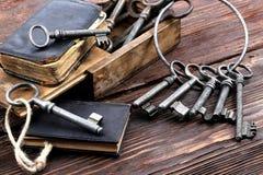 Παλαιά κλειδιά μετάλλων και εκλεκτής ποιότητας βιβλίο Στοκ Εικόνες