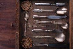 Παλαιά μαχαιροπήρουνα σε ένα παλαιό ξύλινο κιβώτιο Στοκ φωτογραφίες με δικαίωμα ελεύθερης χρήσης