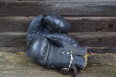 Παλαιά μαύρα εγκιβωτίζοντας γάντια Στοκ φωτογραφίες με δικαίωμα ελεύθερης χρήσης