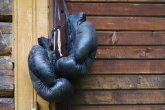 Παλαιά μαύρα εγκιβωτίζοντας γάντια Στοκ φωτογραφία με δικαίωμα ελεύθερης χρήσης