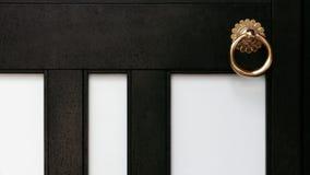 Παλαιά μαύρα πόρτα και doorknob ναών Στοκ Εικόνες