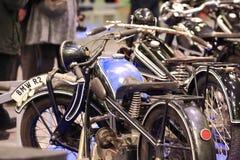 Παλαιά μαύρη και μπλε μοτοσικλέτα στοκ φωτογραφία με δικαίωμα ελεύθερης χρήσης