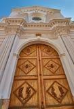 Παλαιά μεγάλη πόρτα καθεδρικών ναών Στοκ Εικόνες