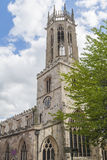 Παλαιά μεσαιωνική αγγλική εκκλησία με τον πύργο ρολογιών Στοκ φωτογραφία με δικαίωμα ελεύθερης χρήσης