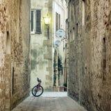 Παλαιά μεσογειακή πόλης οδός με το αναδρομικό ποδήλατο Στοκ Φωτογραφία