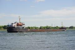 Παλαιά μεταφορά χύδην φορτίου στον ποταμό Στοκ Εικόνες