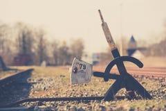 Παλαιά με το χέρι διακόπτης ή διακλάδωση σιδηροδρόμων στη χαμένη διαδρομή στοκ φωτογραφία
