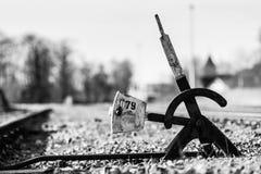 Παλαιά με το χέρι διακόπτης ή διακλάδωση σιδηροδρόμων στη χαμένη διαδρομή στοκ εικόνες
