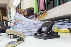 Παλαιά μηχανή εγγράφου τρυπανιών στον εργαζόμενο Στοκ φωτογραφία με δικαίωμα ελεύθερης χρήσης