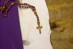 Παλαιά μμένη περγαμηνή με έναν καθολικό σταυρό Στοκ φωτογραφίες με δικαίωμα ελεύθερης χρήσης
