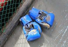 Παλαιά μπλε εγκιβωτίζοντας γάντια Στοκ εικόνα με δικαίωμα ελεύθερης χρήσης