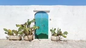 Παλαιά μπλε πόρτα whote που χτίζει Στοκ φωτογραφία με δικαίωμα ελεύθερης χρήσης