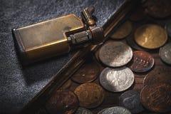 Παλαιά νομίσματα και παλαιός αναπτήρας Στοκ Φωτογραφία