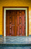 Παλαιά ξεπερασμένη ξύλινη πόρτα Στοκ φωτογραφία με δικαίωμα ελεύθερης χρήσης