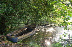 Παλαιά ξεχασμένη βάρκα Στοκ Φωτογραφία