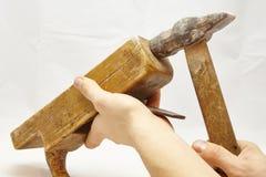 Παλαιά ξύλινα μηχανή πλανίσματος και σφυρί στοκ φωτογραφίες