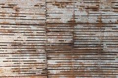 Παλαιά ξύλινα slats που ξεπερνιούνται από το χρόνο και τα στοιχεία Στοκ Εικόνες