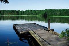 Παλαιά ξύλινη αποβάθρα σε μια λίμνη στην ανατολή Στοκ εικόνες με δικαίωμα ελεύθερης χρήσης