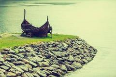 Παλαιά ξύλινη βάρκα Βίκινγκ στη νορβηγική φύση Στοκ Φωτογραφία