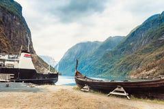 Παλαιά ξύλινη βάρκα Βίκινγκ στη νορβηγική φύση Στοκ Εικόνες