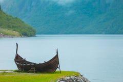 Παλαιά ξύλινη βάρκα Βίκινγκ στη νορβηγική φύση Στοκ Φωτογραφίες