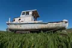 Παλαιά ξύλινη βάρκα με την αποφλοίωση χρωμάτων παντού Στοκ Εικόνα