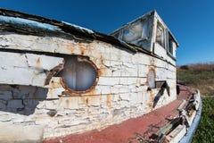 Παλαιά ξύλινη βάρκα με την αποφλοίωση χρωμάτων παντού Στοκ Φωτογραφία