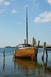 Παλαιά ξύλινη βάρκα που δένεται στο λιμενοβραχίονα Στοκ φωτογραφία με δικαίωμα ελεύθερης χρήσης