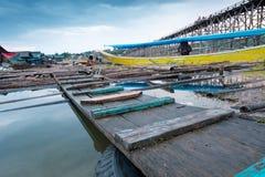 Παλαιά ξύλινη γέφυρα πέρα από τον ποταμό & x28 Mon Bridge& x29  στην περιοχή Sangkhlaburi, Kanchanaburi, Ταϊλάνδη Στοκ Εικόνες
