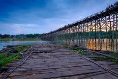 Παλαιά ξύλινη γέφυρα πέρα από τον ποταμό & x28 Mon Bridge& x29  στην περιοχή Sangkhlaburi, Kanchanaburi, Ταϊλάνδη Στοκ Εικόνα