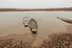 Παλαιά ξύλινη εγκαταλειμμένη βάρκα στο έδαφος λόγω του ποταμού Στοκ Εικόνες